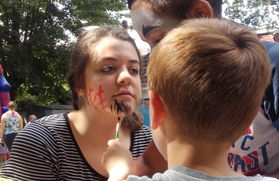 Diagrama Fostering and Adoption volunteer Amber pictured face painting with the children