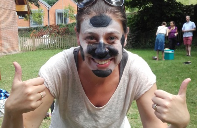 Diagrama Fostering and Adoption social worker Heidi has her face painted at the summer picnic