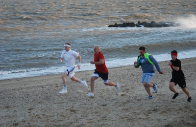Diagrama Foundation: Edensor Care Centre staff sprint across the beach at Holland-on-Sea