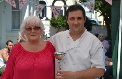 Diagrama Foundation: Chef Victor and activity co-ordinator Taryna collect the Bake-Off trophy on behalf of residents